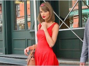 "Taylor Swift : ""red"" dingue des looks joliment chic !"
