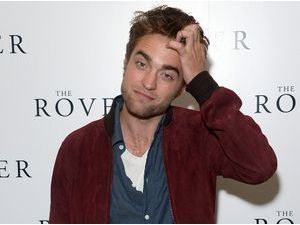 "Photos : Robert Pattinson : un dandy décontracté pour présenter ""The Rover"" à Londres !"